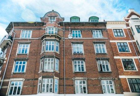 Photo pour Vue faible angle de belle architecture et ciel nuageux à Copenhague, Danemark - image libre de droit