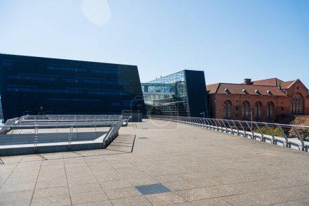 Photo pour Copenhague, Danemark - 5 mai 2018: scène urbaine avec le cristal et la nuée, siège de le Nycredit à Copenhague, Danemark - image libre de droit