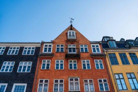 vue d'angle faible de belle coloré abrite contre le ciel bleu, Copenhague, Danemark