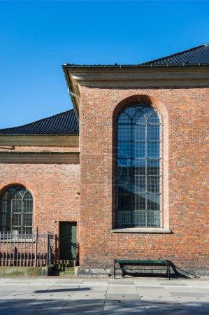 Foto de Banco vacío limpio marrón el edificio con grandes ventanales en día soleado, Copenhague, Dinamarca - Imagen libre de derechos