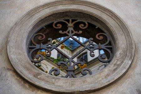 Photo pour Détail de la fenêtre ronde décorative dans un bâtiment ancien à Copenhague - image libre de droit