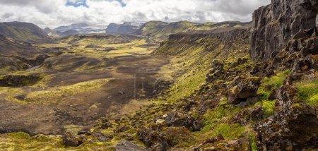 Photo pour Paysage de nature volcanique rocailleux de Landmannalaugar en Islande dans Laugavegur trek. Été vert nordique sur le sentier de randonnée. - image libre de droit