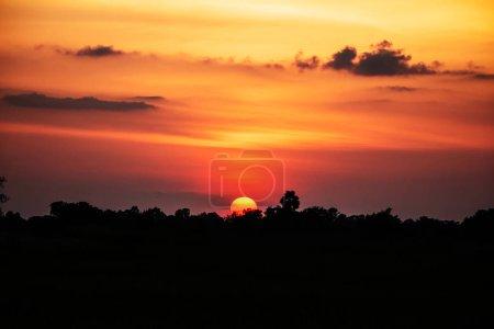 Photo pour Beaux nuages oranges de coucher du soleil - image libre de droit
