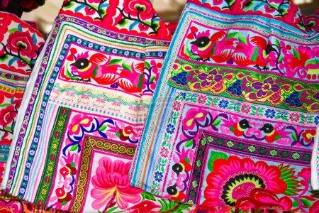 Foto de Bolsas de seda brillante en el mercado de compras - Imagen libre de derechos