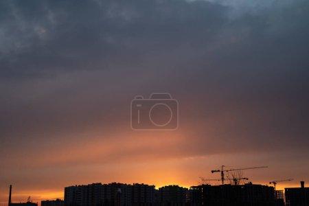 Photo pour Crépuscule coucher de soleil ciel avec nuages - image libre de droit