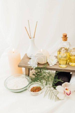 Photo pour Bouchent la vue de disposition des accessoires de traitement spa avec huiles essentielles, de sel et de bougies sur fond blanc - image libre de droit