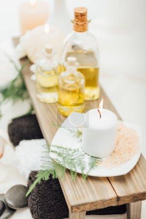Photo pour Bouchent la vue de disposition des accessoires de traitement spa avec huiles essentielles, sel et bougie sur fond blanc - image libre de droit