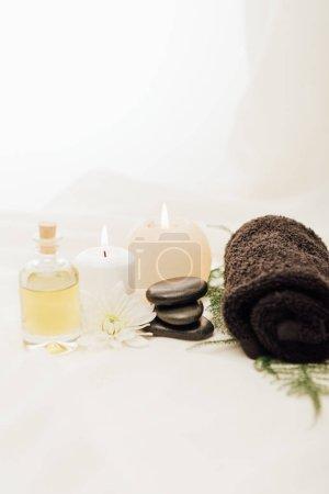 Photo pour Bouchent la vue de disposition des accessoires de traitement spa avec des bougies et des cailloux sur fond blanc - image libre de droit