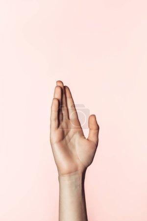 Photo pour Vue partielle de la femme gestuelle à la main isolée sur fond rose - image libre de droit