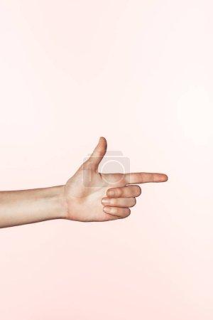 Photo pour Image recadrée de femme de pointage de doigt isolé sur fond rose - image libre de droit