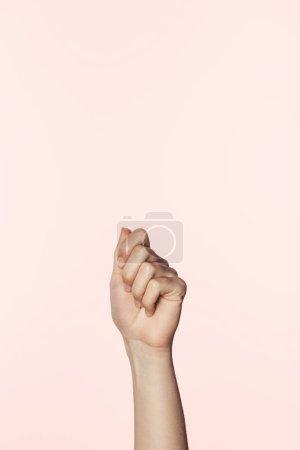 Photo pour Photo recadrée de femme gesticulant main isolés sur fond rose - image libre de droit