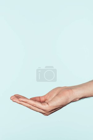 Photo pour Plan recadré de l'homme gesticulant à la main isolé sur fond bleu - image libre de droit