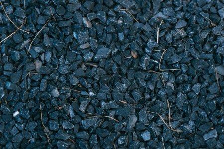 Photo pour Gros plan de l'arrière-plan avec des pierres noires ou du gravier - image libre de droit