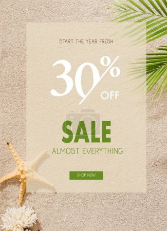 Photo pour Vue de dessus de coquillage, corail et étoile de mer couché sur la plage de sable avec branche de palmier avec vente discount - image libre de droit