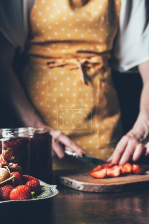 Photo pour Cropped image de la femme dans les fraises coupe bandeau à table - image libre de droit