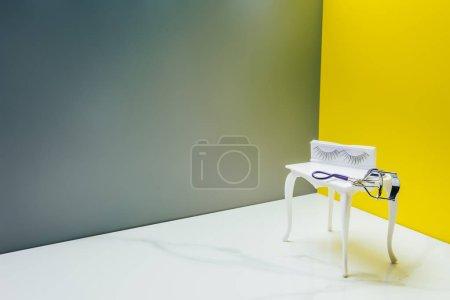 Photo pour Coiffeuse et friseur de cils en salle miniature - image libre de droit