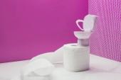 """Постер, картина, фотообои """"Игрушка Туалет с реальный размер бумаги полотенце ролл в миниатюрный розовой комнате"""""""