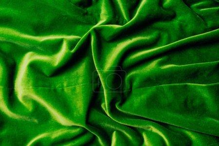 Photo pour Vue de dessus du textile de velours brillant vert comme fond - image libre de droit