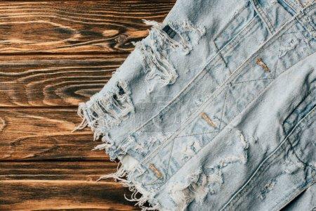 Foto de Vista superior de materia textil de denim ligero en mesa de madera - Imagen libre de derechos