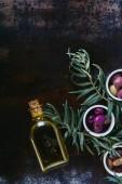 vue des différentes olives délicieux et la bouteille d'huile sur surface minable