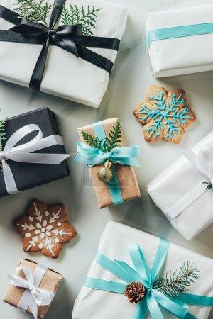 Foto de Vista superior de cajas de regalo de Navidad con galletas de copo de nieve sobre mesa de mármol - Imagen libre de derechos