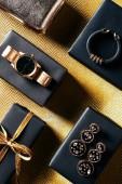 lay plat avec cadeau enveloppé, bijoux féminin et sac à main sur fond doré