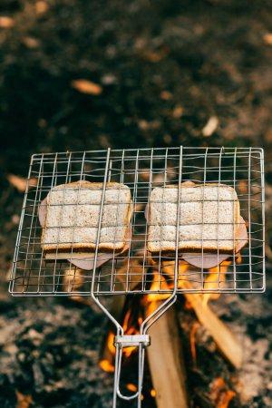 Foto de Dos sándwiches asados en la parrilla sobre fuego - Imagen libre de derechos