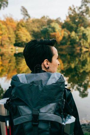 Foto de Mujer viajero con mochila sobre fondo otoñal - Imagen libre de derechos