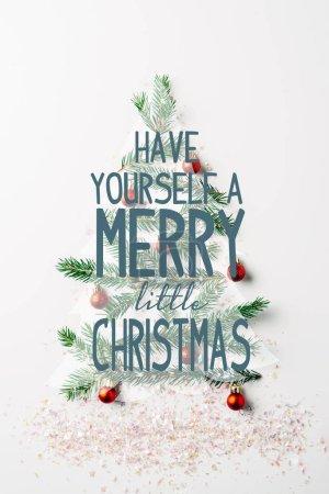 """Foto de Vista superior de la rama de pino verde decorado como festivo el árbol de Navidad con brillos sobre fondo blanco con inspiración """"tiene usted mismo un feliz pequeño Navidad"""" - Imagen libre de derechos"""