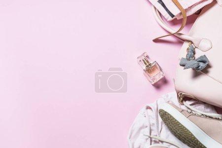Photo pour Accessoires de mode femme Rose chaussures, sac à main, smartphone et parfum sur fond rose. Vue de dessus copie espace. - image libre de droit