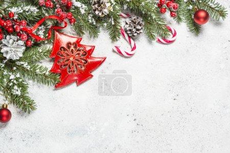 Photo pour Fond de Noël avec sapin et décorations sur fond blanc. Espace de copie de vue supérieure . - image libre de droit