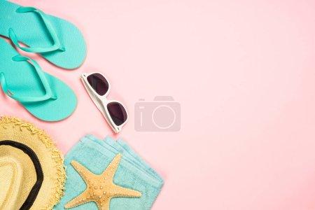 Photo pour Voyage d'été vacances fond de vacances. Tongs bleues, lunettes de soleil, chapeau et étoile de mer sur fond de corail rose. Vue supérieure avec espace de copie . - image libre de droit