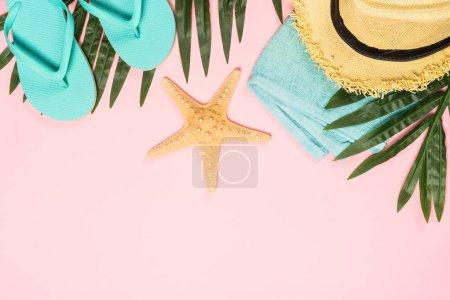 Photo pour Plat d'été fond laïc. Feuilles de palmier, tongs, ananas, lunettes de soleil, chapeau et étoile de mer sur fond rose . - image libre de droit