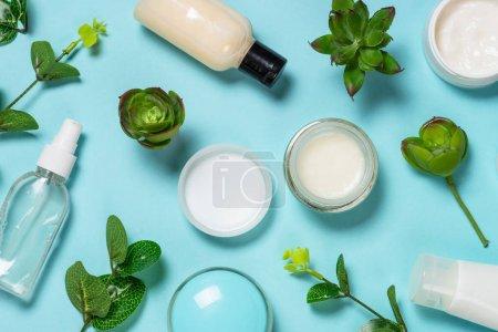 Photo pour Cosmétiques du visage, soin de la peau, cosmétique naturelle, image de pose à plat sur bleu . - image libre de droit