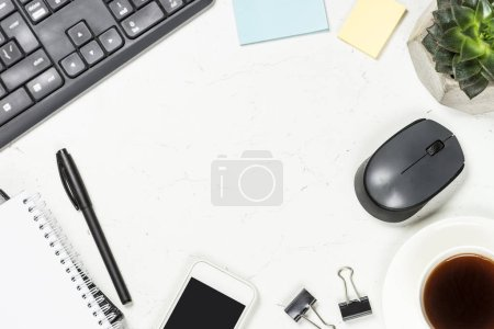 Photo pour Bureau avec bloc-notes, tasse à café, succulent et stylo sur fond blanc. Image de pose plate . - image libre de droit