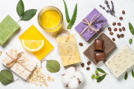 Photo pour Savonnettes naturelles avec ingrédients. Aloès, lavande, eucalyptus, olive, miel, café, huile de théier et savons d'avoine. Vue du dessus . - image libre de droit