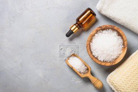 Photo pour Sel de mer et huile cosmétique sur fond de pierre grise image plate. Aromathérapie, spa, concept de bien-être. - image libre de droit