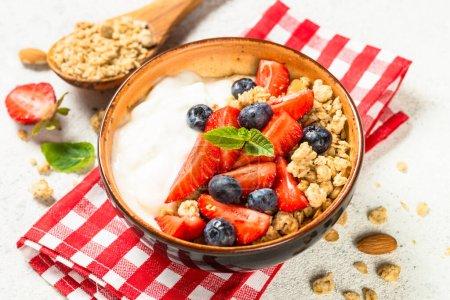 Photo pour Granola de yaourt grec avec des baies fraîches sur table en pierre blanche. Aliments sains, collation ou petit déjeuner. - image libre de droit