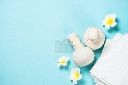 Photo pour Spa boules de compression à base de plantes sur fond bleu. Poser l'image à plat avec espace de copie. Massage thaï . - image libre de droit