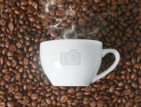 Photo pour Coffee cup and coffee  a beans - image libre de droit
