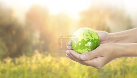 Foto de Globo, tierra en mano humana, sosteniendo nuestro planeta brillando. Imagen de la Tierra proporcionada por Nasa - Imagen libre de derechos