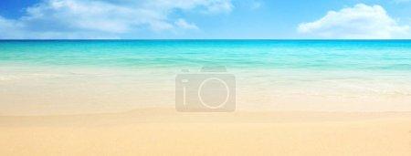 Photo pour Plage de sable vide en face de la mer d'été - image libre de droit
