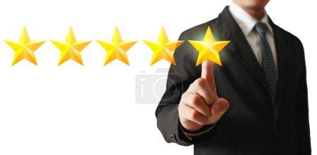 Photo pour Main de toucher lever sur l'augmentation de cinq étoiles. Augmenter le concept d'évaluation et de classification - image libre de droit