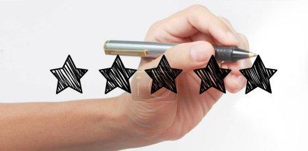 Photo pour Dessinez à la main une note de cinq étoiles. concepts d'évaluation et d'examen - image libre de droit