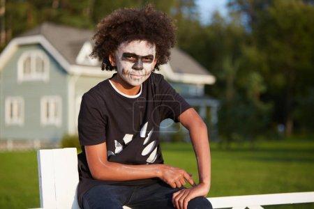 Photo pour Portrait de garçon afro-américain portant un costume d'Halloween regardant la caméra tout en posant à l'extérieur dans la lumière du soleil, copier l'espace - image libre de droit