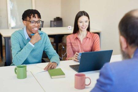 Photo pour Groupe de gens d'affaires confiants et prospères se réunissant dans un bureau moderne, plan horizontal par-dessus l'épaule - image libre de droit