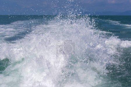 Photo pour Blue ocean sea water wave with fast yacht boat wake foam of prop wash, Thaïlande. Gros plan - image libre de droit