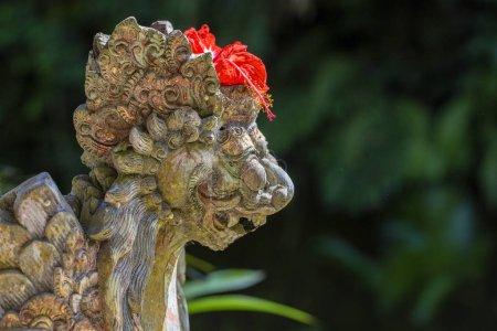 Photo pour Gros plan de la statue traditionnelle de Dieu balinais dans le temple. Île Bali, Indonésie - image libre de droit