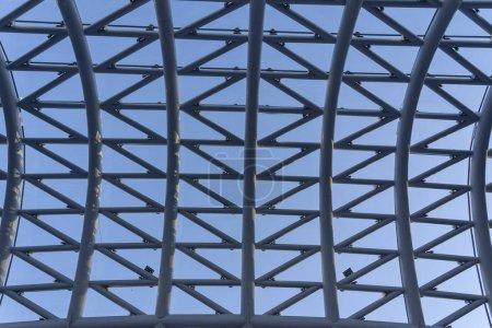 Photo pour Le pont de la paix est un pont piétonnier en forme d'arc, une construction en acier et en verre éclairée par de nombreuses LED, au-dessus de la rivière dans le centre-ville de Tbilissi, capitale de la Géorgie . - image libre de droit
