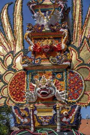 Photo pour Tour de crémation Bade avec sculptures balinaises traditionnelles de démons et de fleurs sur la rue centrale d'Ubud, île de Bali, Indonésie. Préparé pour une cérémonie d'incinération. Gros plan - image libre de droit